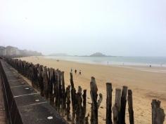 Au loin Sain-Malo perdu dans la brume